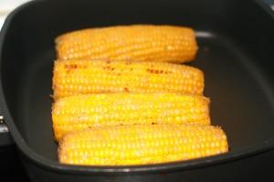 Maiskolben mit Dip und Chili